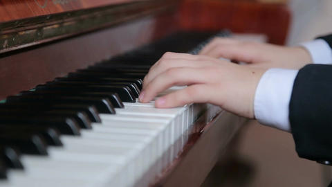 Boy plays piano, close-up 이미지
