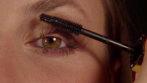SLOW MOTION CLOSE UP: Woman applying mascara Live Action