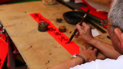 Man writing chinese at Chinese new year market - o Stock Video Footage
