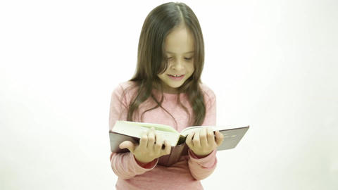 Young girl reading a book Live影片
