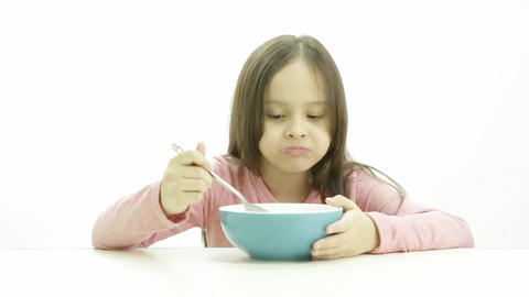 Young child eating cereal 5604 Live影片