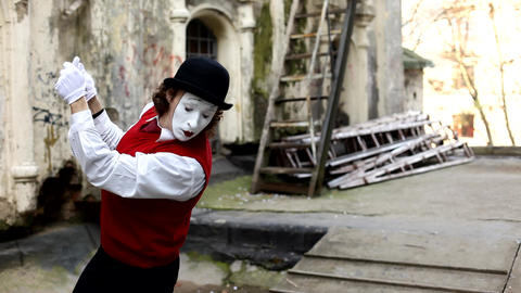 MIM on the street in Paris shows shows pantomime Live Action