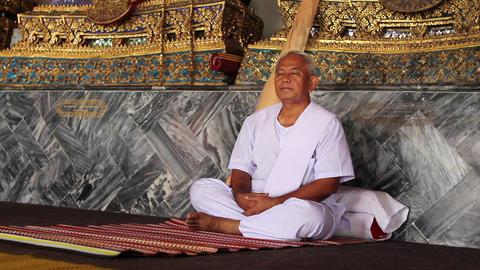 meditation under golden buddha statues Stock Video Footage