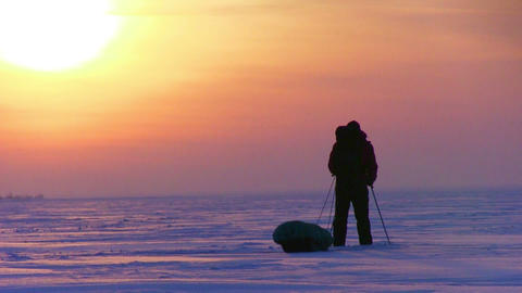 One Man In The Snow Desert Videos de Stock