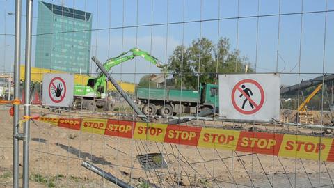 stop line bar excavator dig dirt truck construction site Stock Video Footage