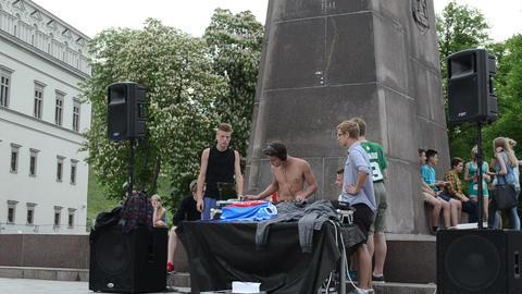 Teen boys play mix dj club music outdoor street music... Stock Video Footage