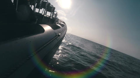 Speed boat racing into the sun with water splashing creating lens flare Acción en vivo