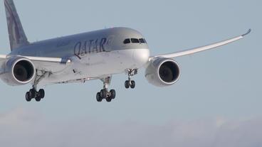 Qatar Airway Dreamliner 787 arrival in super slow motion Footage