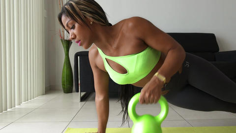 4 Home Fitness Black Woman Training With Weights At Home 圖片