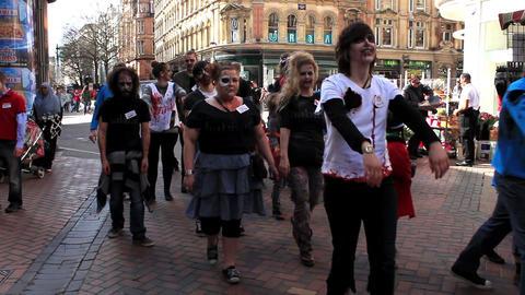 Zombies walking the street ビデオ