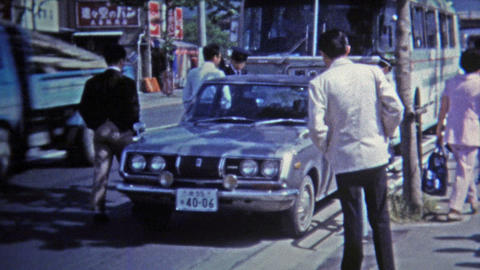 1972: Japanese police capture criminals in car accident Footage
