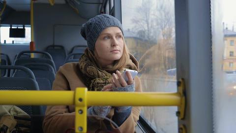 Woman with Smartphone Riding a Bus Acción en vivo