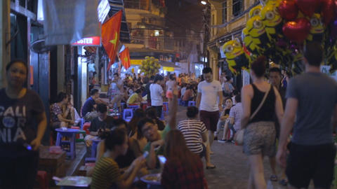 people drinking beer outdoors - Ta Hien old quarter Live影片