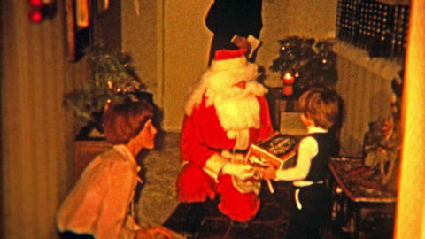 BALTIMORE, MARYLAND 1975: Santa claus coming through front door to visit lucky c Footage