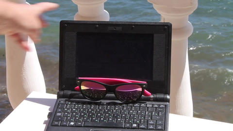 The laptop and sunglasses 影片素材