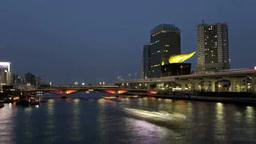 隅田川を行き交う屋形船と高速を走る車群を川岸から望む Footage
