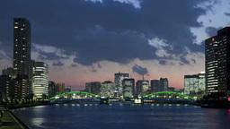 夕景の流れる雲と照明を点した勝鬨橋とビル群 Footage