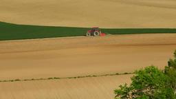 丘を耕すトラクター Footage