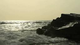 朝の輝く海と波しぶきと岩礁 Footage