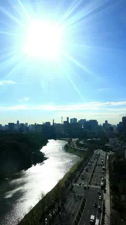 霞ヶ関方向のビル群と内堀通りと太陽の光芒 Footage