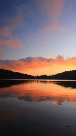 白駒池の水鏡の水面と朝焼け雲 Footage