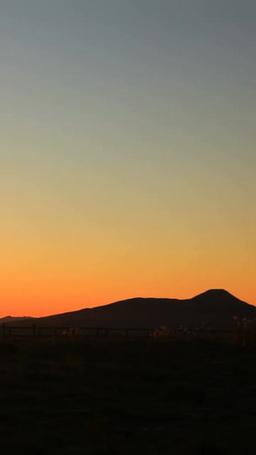 八ケ岳連峰と蓼科山と富士山の山並みと美しの塔と朝日の Footage