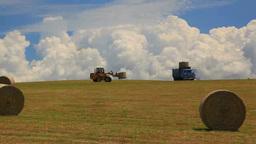 トラクターでの干草ロールの積み込み作業 Footage