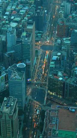 台北101の展望台から俯瞰する基隆路と信義路の交差点の夕 影片素材