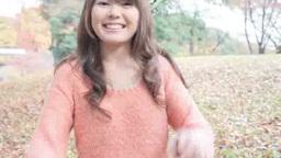 公園でピースサインで笑う若い女性 Footage