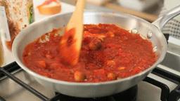 パスタのためのトマトソースを作る女性 Footage