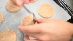 ぎこちない手つきでクッキーを作る男性 Footage