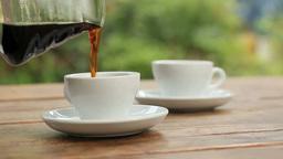 ガーデンテラスのテーブルでコーヒーを注ぐ Footage