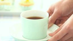 コーヒーの入ったカップをテーブルに運ぶ Footage