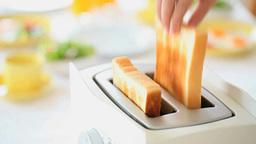 朝食の準備 トースターから飛び出すトースト Footage