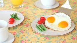 朝食の目玉焼きを盛りつける Footage