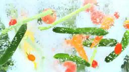 水中で動く夏野菜と水の泡 Footage