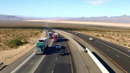 砂漠のフリーウェイと車 Footage