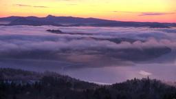 朝の美幌峠から雲海の屈斜路湖と摩周岳 Stock Video Footage