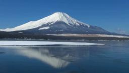 凍る山中湖と逆さ富士 Stock Video Footage