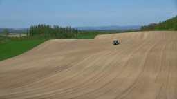 畑を耕すトラクター Footage