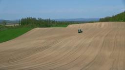 畑を耕すトラクター Stock Video Footage
