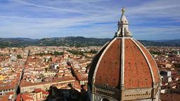 鐘楼から望むサンタ・マリア・デル・フィオーレ大聖堂と... Stock Video Footage