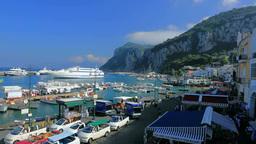 カプリ島のマリーナ・グランデの港と街並み Footage