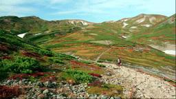 黒岳から紅葉の大雪山と登山者 Stock Video Footage