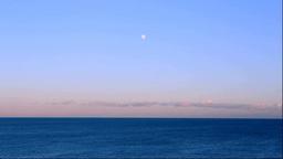 夕暮れの海と昇る月 Stock Video Footage