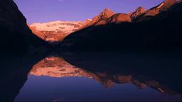 レイク・ルイーズとビクトリア氷河の朝焼け Stock Video Footage