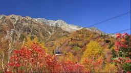黒部平から立山ロープウェイと紅葉の立山 Stock Video Footage