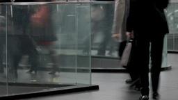 ガラス越しの通路を歩くビジネスマン Footage