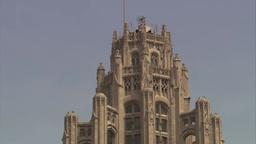 シカゴのトリビューンタワーの最上部を望む stock footage