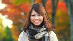 紅葉のなかで笑顔の女性 Footage